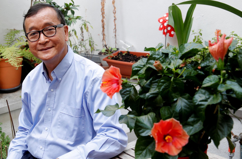Sam Rainsy pose sur une terrasse à Paris, le 19 juillet 2019.