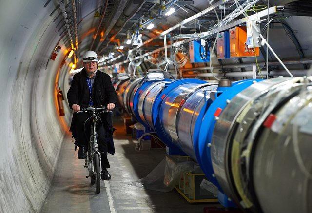 Los científicos recorren las instalaciones del LHC en bicicleta, su circunferencia mide 27 kilómetros.