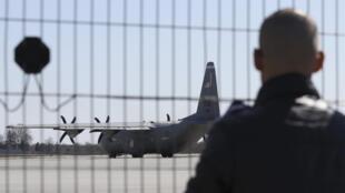 Транспортный самолет США Hercules на взлетно-посадочной полосt в аэропорту Львова 10 апреля