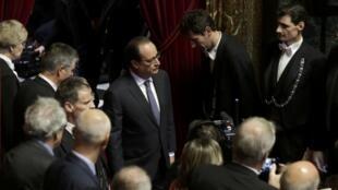 François Hollande arrive dans la salle du Congrès, au château de Versailles, pour s'exprimer devant les sénateurs et les députés français après les attentats de Paris. 16 novembre 2015.