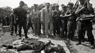 Le président Raul Alfonsin, premier président civil après la dictature militaire (1976-1983), sur les lieux de l'attaque de la caserne de La Tablada, dans la province de Buenos Aires le 23 janvier 1989.