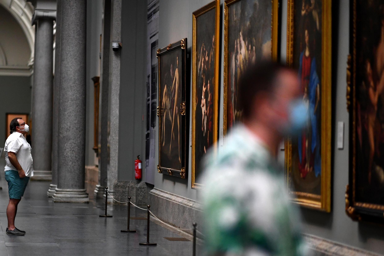 Deux hommes masqués visitent le musée du Prado, à Madrid, en Espagne, le jour de la réouverture du célèbre musée, le 6 juin 2020.