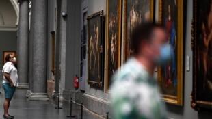 Deux hommes masqués visitent le musée du Prado, à Madrid, en Espagne, le jour de la réouverture du célébre musée, le 6 juin.