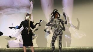 La créatrice Flora Miranda a fait un mélange de défilé et performance pour parler de l'évolution de la mode.