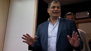 Fotografía de archivo del ex presidente de Ecuador, Rafael Correa, el 8 de octubre de 2019 cuando negó  que estuviera orquestando un golpe de Estado contra el gobierno desde su autoimpuesto exilio en Bélgica.