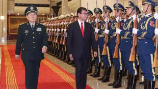 日本防卫大臣河野太郎和中国国防部长魏风河在北京会晤之前出席了欢迎仪式 2019年12月18日