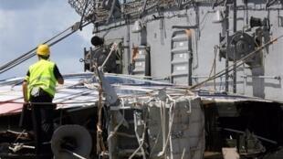 Un expert du Bureau d'Enquêtes et d'Analyses (BEA) réceptionne un morceau de l'Airbus AF447.