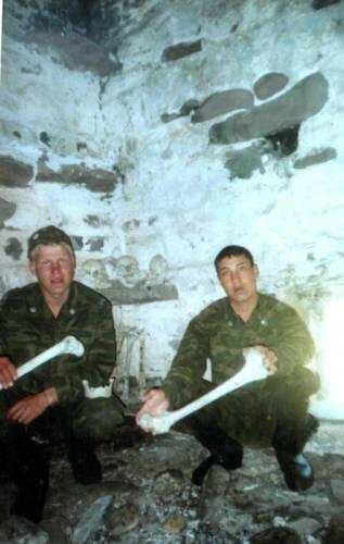 Российские пограничники позируют с останками из склепов