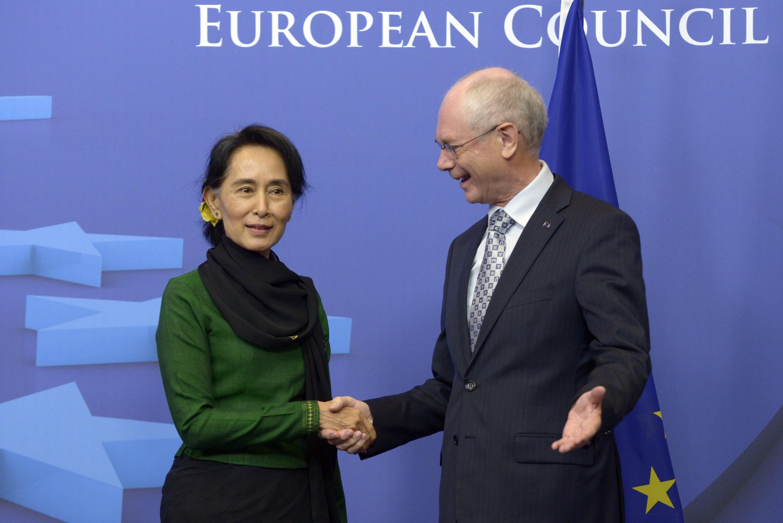 Chủ tịch Hội đồng Châu Âu Herman Van Rompuy tiếp lãnh đạo đối lập Miến Điện Aung San Suu Kyi, tại Bruxelles, 20/10/2013