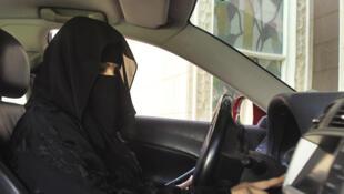 Une femme saoudienne au volant.