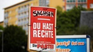 Une affiche électorale du parti Die Partei (parti satirique) à Chemnitz, le 12 août 2019. On peut y lire: «La Saxe, vous avez des droits», un jeu de mots qui signifie que la Saxe a des activistes de droite.