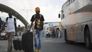 Migrantes africanos liberados do centro de detenção de Holot, em Israel, são obrigados a voltar a seus países
