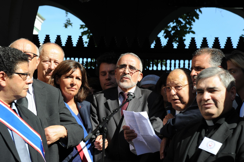 Глава Французского совета мусульманского культа Далил Бубакер (в центре) на акции памяти Эрве Гурделя у Большой мечети Парижа  26/09/14.