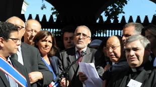 Dalil Boubakeur faisant un discours entouré de représentants religieux et politiques devant la mosquée de Paris, le 26 septembre 2014.