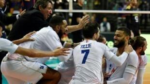 La joie de l'équipe de France de volley-ball après sa qualification pour les JO-2020 au détriment de l'Allemagne en finale du TQO à Berlin, le 10 janvier 2020