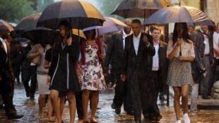 Gia đình tổng thống Barack Obama đội mưa tới thăm khu phố cổ La Habana, 20/03/2016, ngày đầu tiên trong chuyến thăm Cuba 3 ngày.