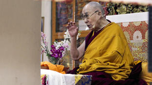 存档图片:达赖喇嘛在弘法 摄于 2019年11月摄于印度 Image d'archive: Le chef spirituel tibétain, le Dalaï Lama, prend la parole dans un temple chez lui en exil à Dharamshala, en Inde, en novembre 2019