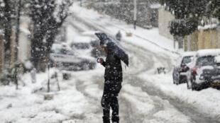 Un homme s'avançant péniblement dans la neige à Alger, le 4 février 2012.
