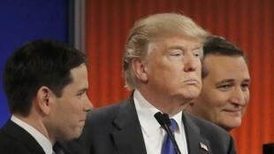 Donald Trump au milieu de ses rivaux Marco Rubio (g.) et Ted Cruz, le 3 mars à Détroit.