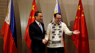 Ngoại trưởng Philippines Alan Peter Cayetano  (P) đón tiếp đồng nhiệm Trung Quốc Vương Nghị tại Manila ngày 25/07/2017.