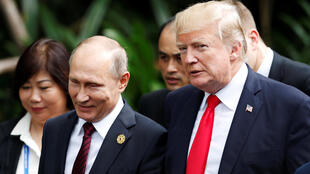 Le président russe Vladimir Poutine en compagnie de son homologue américain Donald Trump, le 11 novembre 2017.