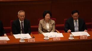 El viceprimer ministro chino, Liu He (izq), con otros dirigentes comunistas chinos durante la inauguración de una conferencia política, el 4 de marzo de 2021 en Pekín