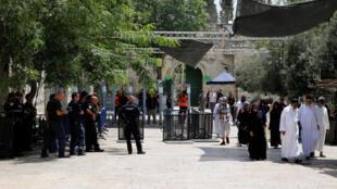 Portiques de sécurité à l'entrée de l'Esplanade des Mosquées (ou Mont du Temple pour les juifs) dans la Vieille Ville de Jérusalem ce dimanche 23 juillet 2017.