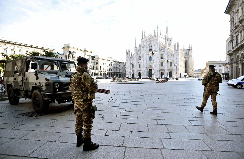 Cảnh vắng vẻ trên quảng trường Duomo thành phố Milano (Ý) ngày 08/03/2020, sau khi chính phủ Ý ban hành các biện pháp cách ly đối với miền Bắc Ý.