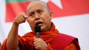Le moine bouddhiste extrémiste Wirathu lors d'un rassemblement contre un amendement de la Constitution birmane à Rangoon, le 5 mai 2019.