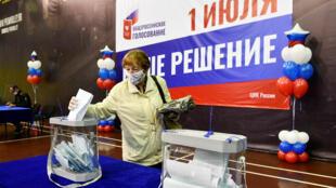 2020-06-25T053202Z_1331314227_RC25GH9WRZWV_RTRMADP_3_RUSSIA-PUTIN-VOTE