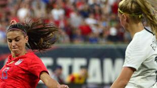 L'Américaine Alex Morgan (à gauche), lors du match contre la Nouvelle-Zélande, le 16 mai 2019.