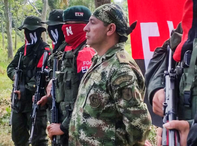 Fredy Moreno junto con miembros del ELN, a punto de ser liberado, este 6 de febrero de 2017.
