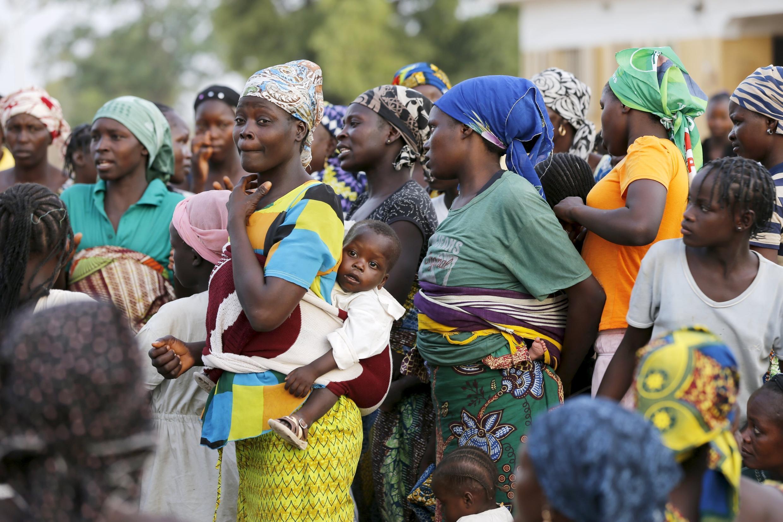 Dans le camp où elles ont été accueillies à Yola, beaucoup de femmes rescapées de Boko Haram portent des nouveaux-nés.