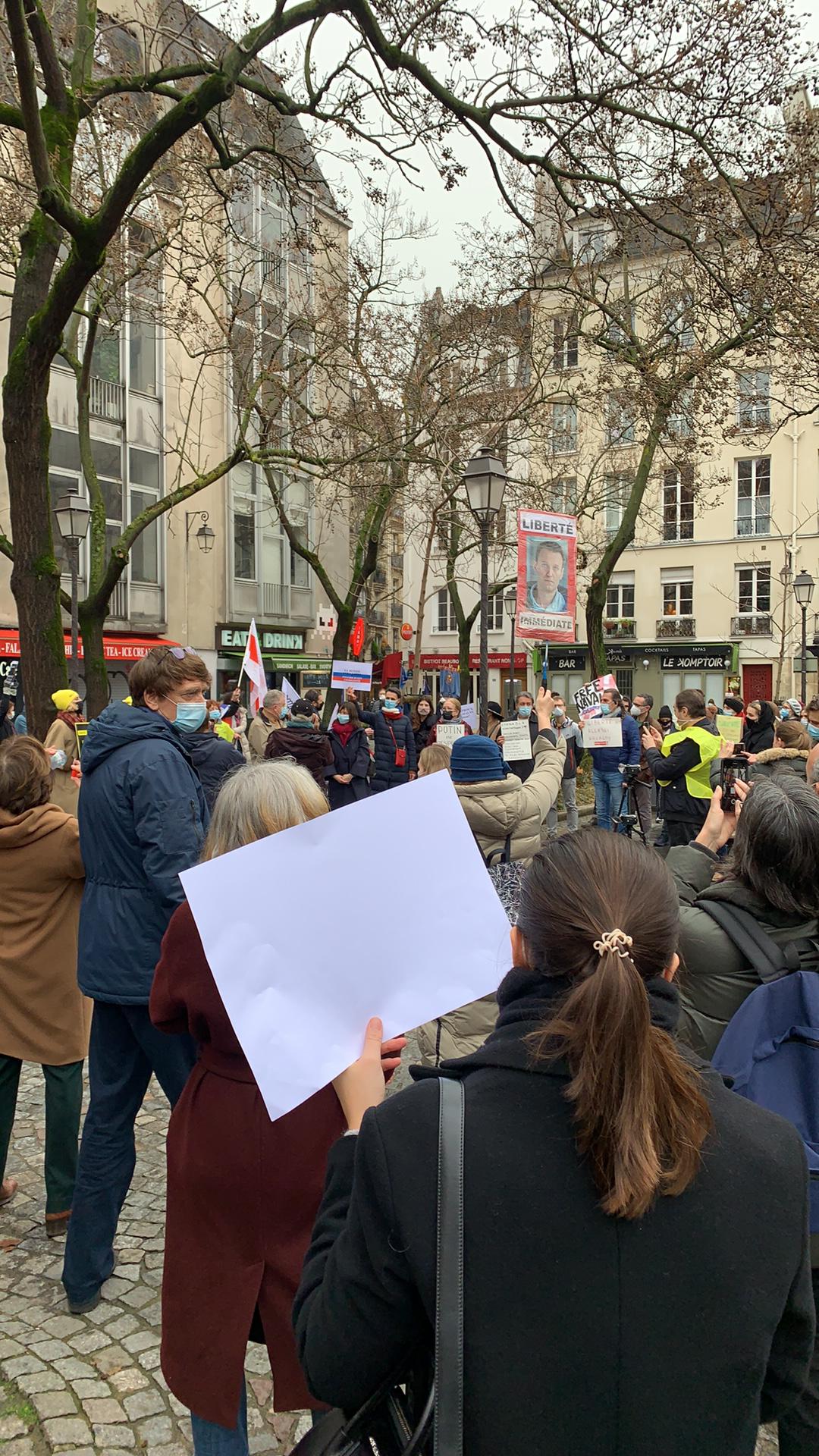 В Париже на площади Бобур в 12:00 по местному времени началась акция в поддержку Алексея Навального.