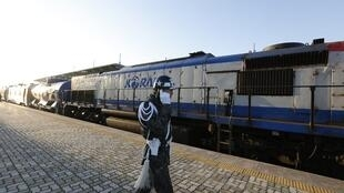 Ce train qui a passé la frontière entre les deux Corées ce vendredi 30 novembre doit inspecter les voies ferrées du Nord pour à terme permettre la reconnexion avec le Sud.
