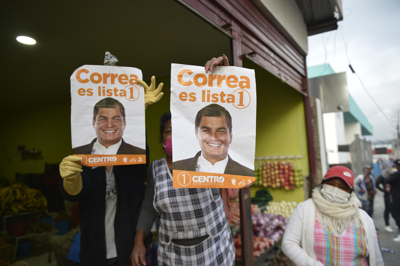 Simpatizantes del expresidente ecuatoriano Rafael Correa (2007-2017) promueven su lista para las elecciones de febrero, el 8 de enero de 2021 en Quito