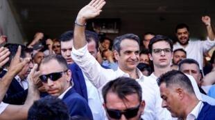 照片显示希腊右翼新民主党领袖Kyriakos Mitsotakis投票后向支持者致意2019年7月7日雅典