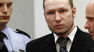 O assassino norueguês Anders Breivik chega ao tribunal de Oslo, nesta segunda-feira.