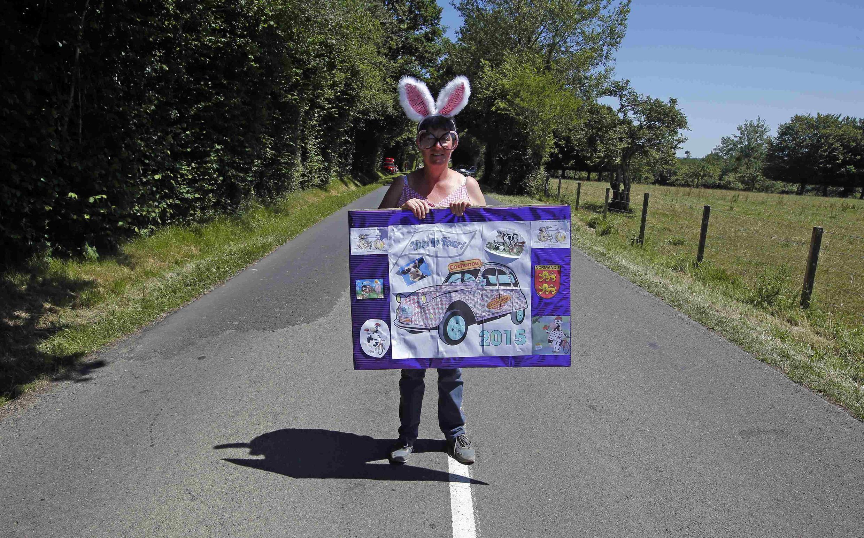 Florence Roville, une fan attend le passage des coureurs dans une tenue originale !
