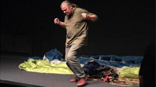Franck Lepage sur scène.