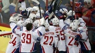 Французская сборная празднует победу в стартовом матче со сборной России на ЧМ-2013 по хоккею в Хельсинки 09/05/2013