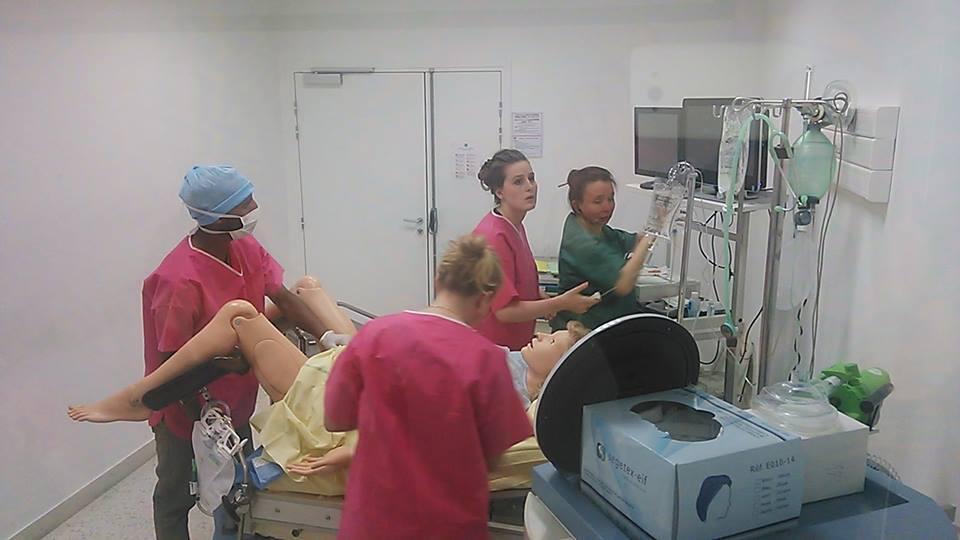 Bonecos em tamanho natural reproduzem os reflexos de uma paciente grávida em um centro cirúrgico.