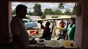 Vendedor expõe seus produtos em Sagua La Grande, a 240 km de Havana.