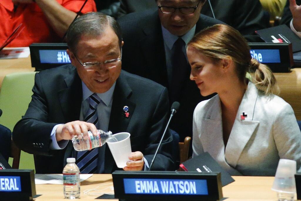 Kaibu mkuu wa Umoja wa Mataifa, Ban Ki Moon akiwa na mwanaharakati wa wanawake, Emma Watson