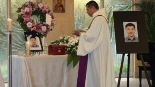 """Lin Jun era """"um filho amável, um homem gentil, esforçado e sincero"""", segundo o padre Henry Rodriguez, que realizou o discurso do funeral da vítima do esquartejador do Canadá, em Montreal."""