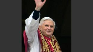 Le 19 avril 2005, Joseph Ratzinger devient le 265e pape de l'Eglise catholique et prend le nom de Benoît XVI, succèdant à Jean-Paul II. Il salue la foule depuis le balcon principal de la basilique Saint-Pierre.
