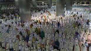 Les musulmans sont nombreux à se rendre dans les mosquées pour des «tarawhih», prières surérogatoires, en ce début de ramadan 2011.