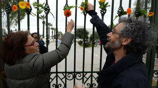 Lors de la manifestation en hommage aux victimes de l'attentat du musée du Bardo, les participants ont voulu diffuser un message de paix. Photo datée du 24 mars 2015.
