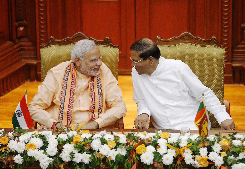 Thủ tướng Ấn Độ Narendra Modi (T) nói chuyện với Tổng thống Sri Lanka Maithripala Sirisena, Colombo, 13/03/2015.
