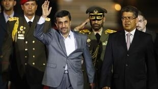 C'est le vice-président du Venezuela, Elias Jaua, qui est venu accueillir à l'aéroport de Caracas le président iranien Mahmoud Ahmadinejad, le 8 janvier 2012.